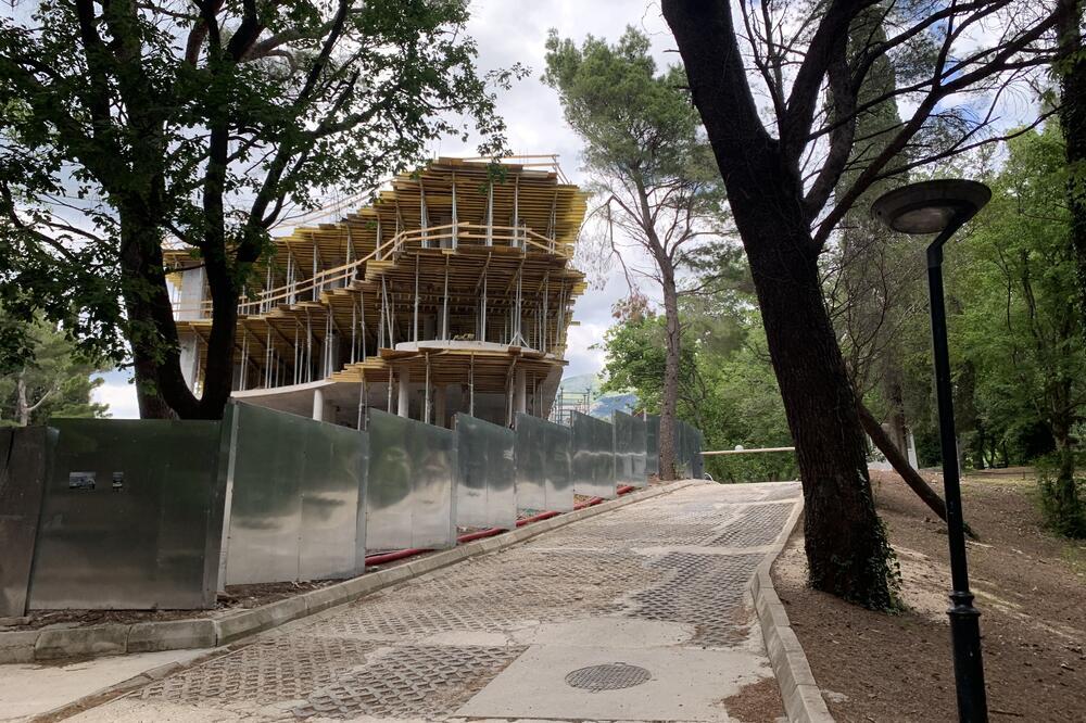 HOTEL KRALJIČINA PLAŽA NAPREDUJE UPRKOS PROTESTIMA: Čeka se odluka vladine komisije za Miločer